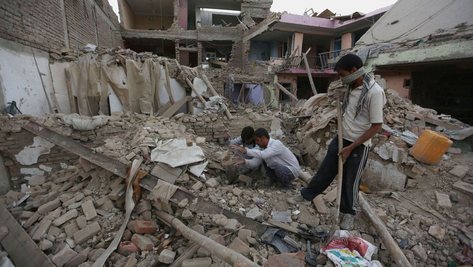 Opfersuche nach Autobombenanschlag in Kabul: Taliban in der Hand von Pakistans Geheimdienst?