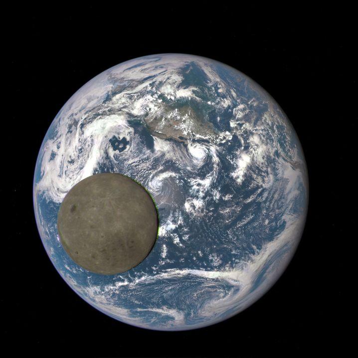 Der Satellit »DSCOVR« zieht von uns aus gesehen hinter dem Mond seine Bahn – und kann deswegen solche Aufnahmen machen