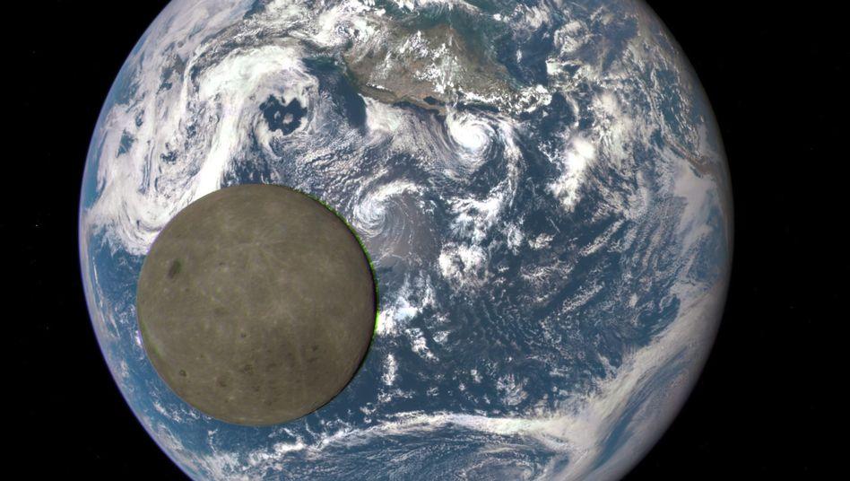 """Mondrückseite (mit Erde im Hintergrund): Dieses Bild hat der Nasa-Satellit """"DSCOVR"""" im August 2015 gemacht."""