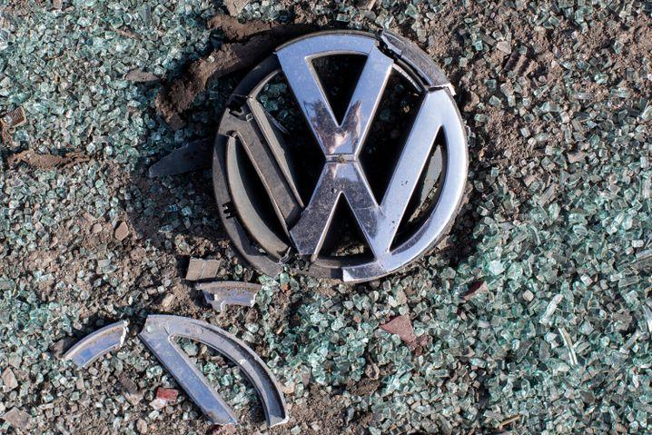 Ein zerbrochenes VW-Logo
