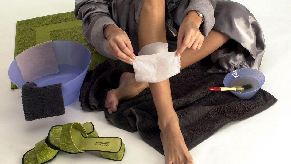 Enthaarung durch Waxing: Auch bei dieser Methode besteht Entzündungsgefahr