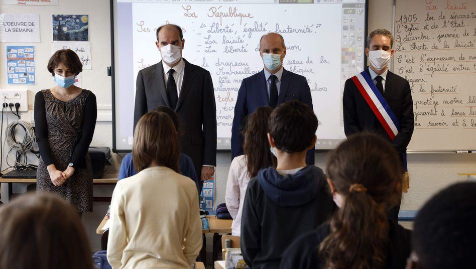 Gedenkminute für Samuel Paty mit dem französischen Premierminister Jean Castex (2.v.l.) und Erziehungsminister Jean-Michel Blanquer (2.v.r.)