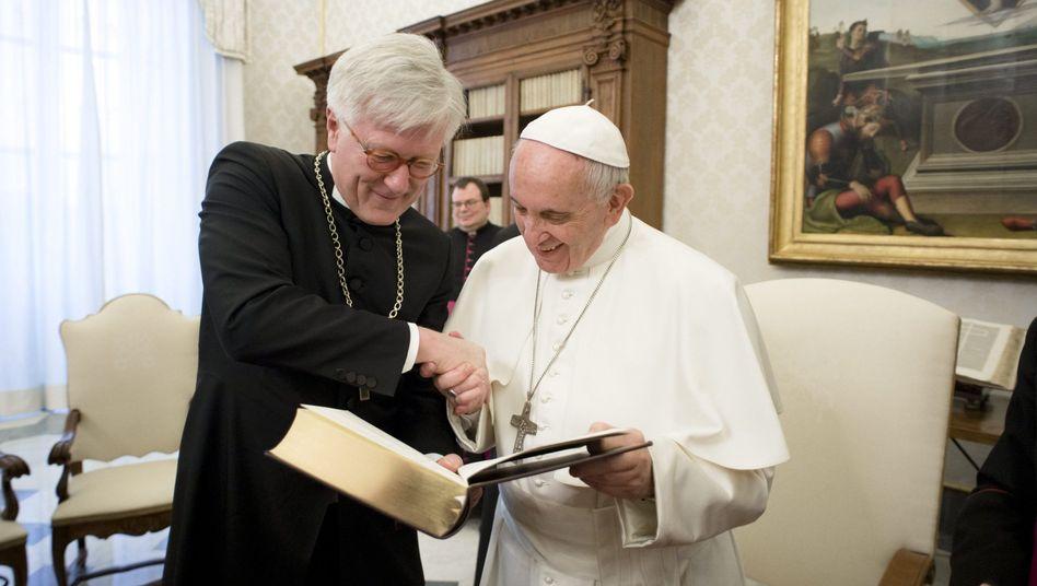 Der evangelische Geistliche Heinrich Bedford-Strohm und Papst Franziskus