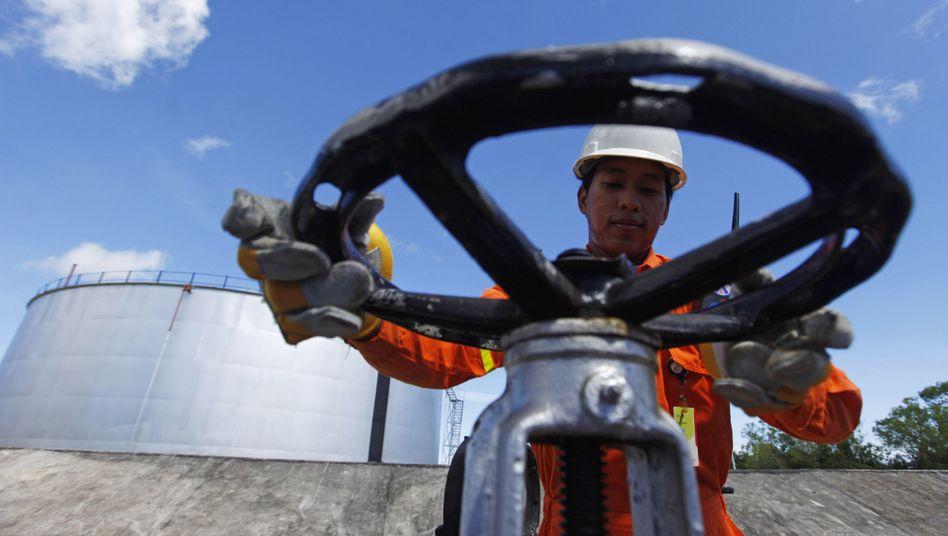 Arbeiter an einem Öltank: Drehen die Stämme Libyen den Hahn zu?