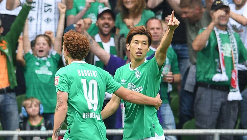 Werders Yuya Osako (rechts) jubelt nach seinem Treffer