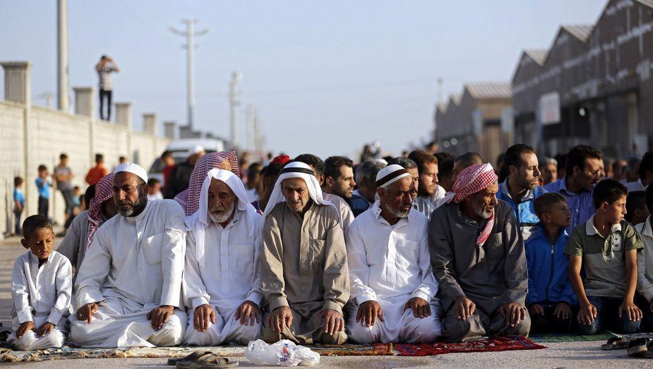 """Syrer beten in einem türkischen Flüchtlingscamp: """"Etwas zu verstehen, bedeutet aber auch nicht, es zu entschuldigen."""""""