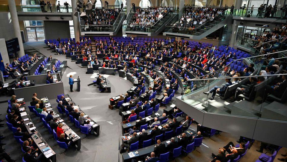 Das Plenum des Bundestages: Im nächsten Jahr könnten die Diäten sinken