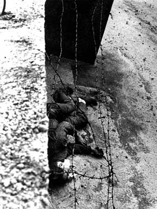 Peter Fechter, an 18-year-old apprentice bricklayer, was shot by East German border guards on August 17, 1962 and left to bleed to death in no-man's-land.