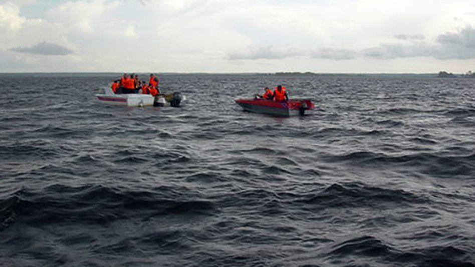 Rettungskräfte auf der Wolga: Die Zahl der Geretteten ist noch immer unklar