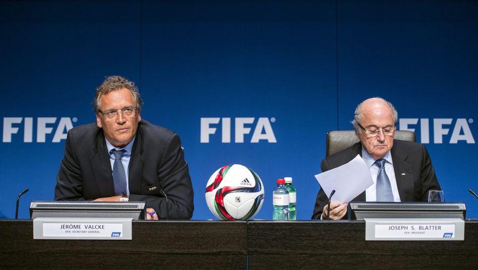Fifa-Größen Valcke (l.) und Blatter: Vorerst getrennt