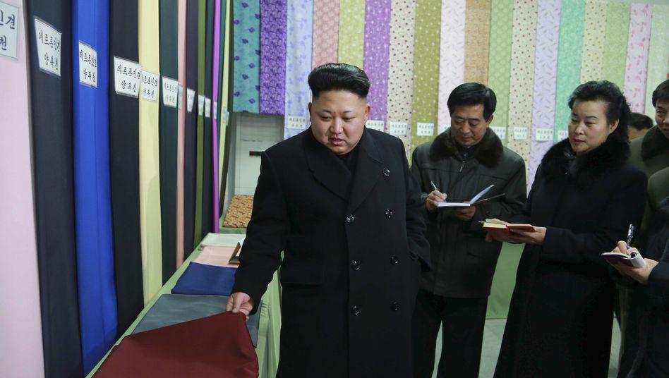 Nordkoreas Diktator Kim Jong Un in einer Textilfabrik: Seit Stunden offline