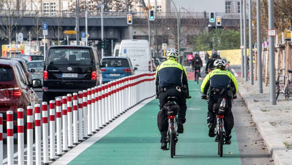 Erster geschützter Fahrradweg in Berlin.