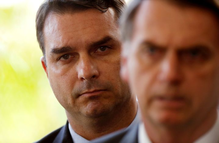 Flávio Bolsonaro (l.) mit Vater Jair: Das nächste Familienmitglied mit Corona-Infektion