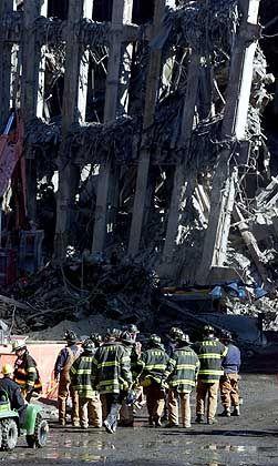 Eine Einheit der New Yorker Feuerwehr bei der Inspektion der Trümmer am Ground Zero.