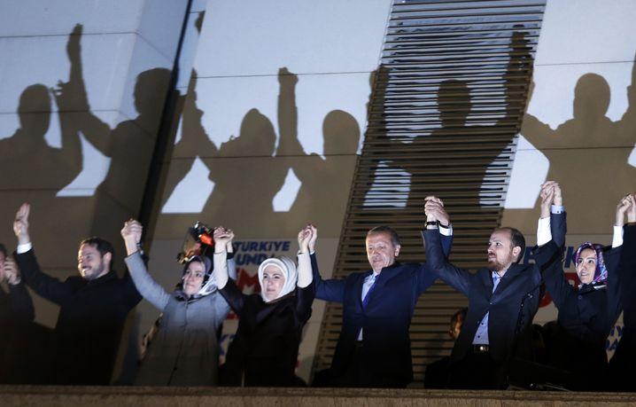 Erdogan-Familie: Schwiegersohn Albayrak mit Tochter Esra, Sohn Bilal und Tochter Sümeyye (Archivbild)