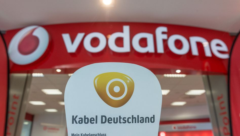 Kabel-Deutschland-Werbung vor einem Vodafone-Shop
