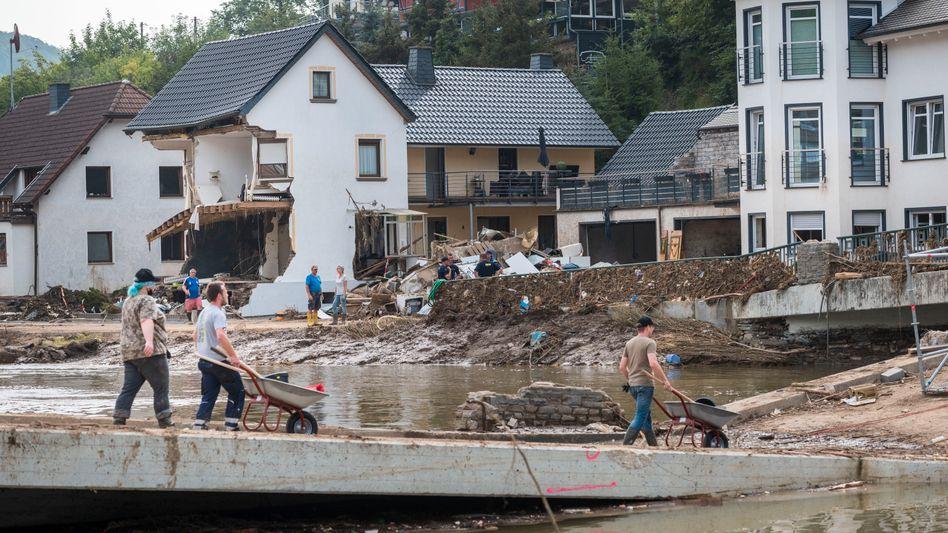 Zerstörte Häuser nach dem Hochwasser in Dernau an der Ahr
