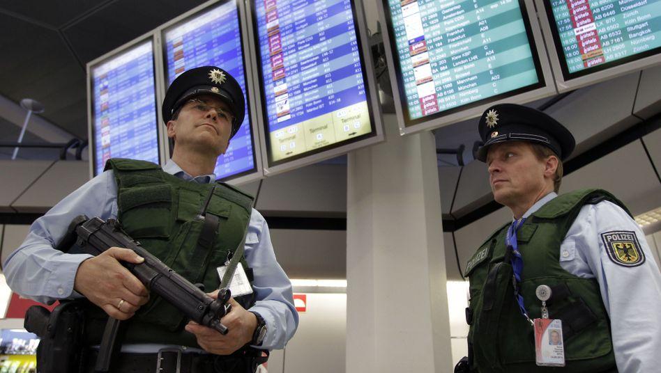 Bundespolizisten am Flughafen Tegel: Patrouille mit Maschinenpistole