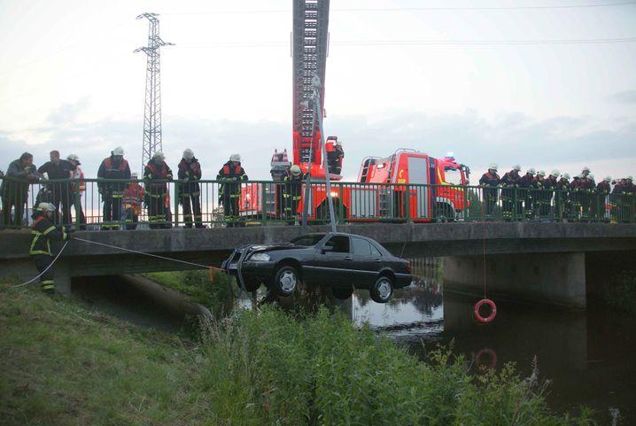 Einsatz bei Guderhandviertel: Ein polnischer Wagen war in die Lühe gestürzt, zwei Menschen kamen ums Leben