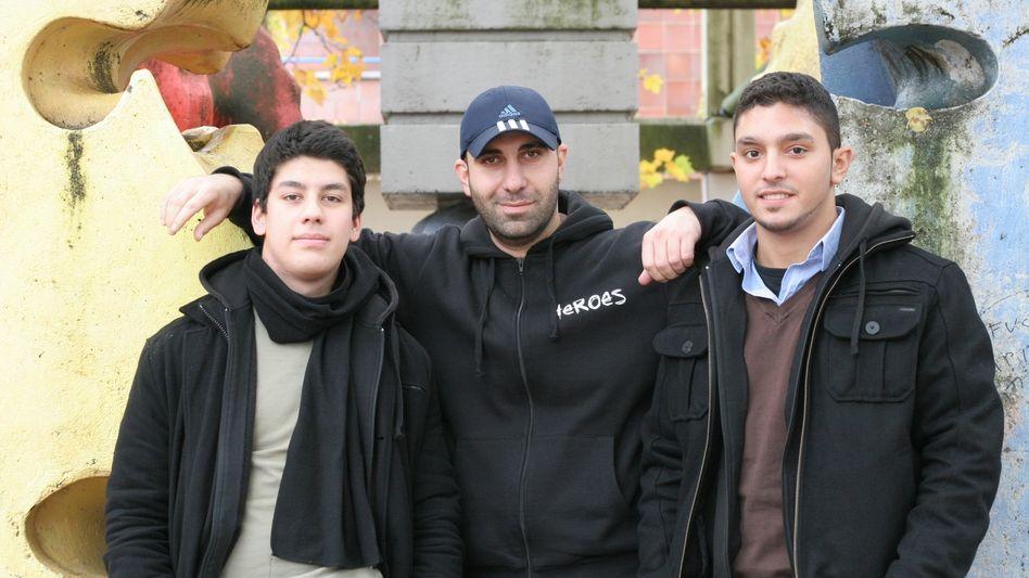 """Yusuf, Ahmad, Ufuk (von links): """"Würdet ihr eure Tochter auf eine Klassenfahrt lassen?"""""""