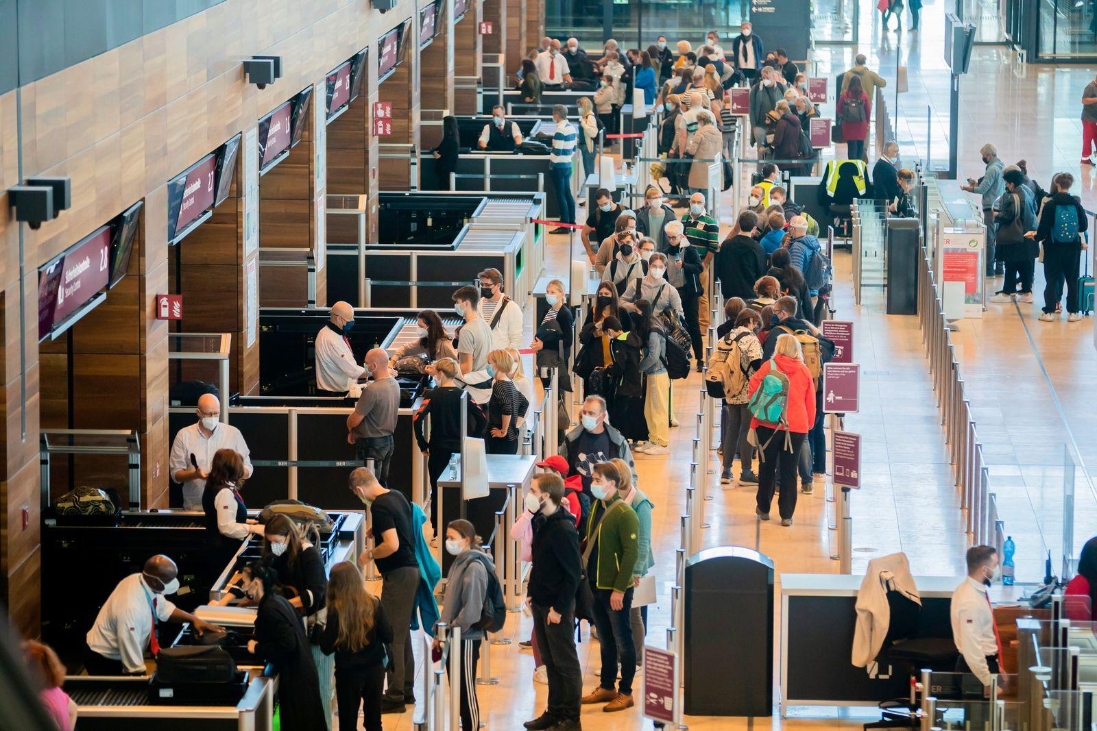 Reisebetrieb zu Beginn der Herbstferien am Flughafen BER