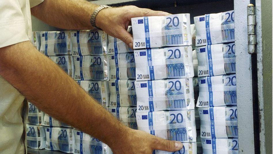 Gebündelte Euro-Noten: Geld soll es nur noch gegen Geld geben