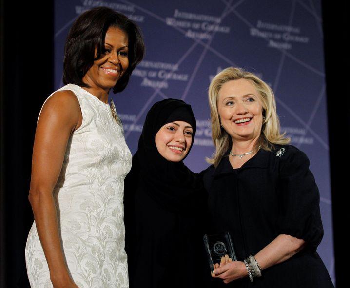 Samar Badawi mit Michelle Obama und Hillary Clinton (2012)