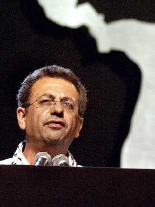 Der Arzt und Politiker Mustafa Barghouti ist einer der prominentesten Vertreter der palästinensischen Zivilgesellschaft. Er ist Generalsekretär einer Bewegung von Intellektuellen und Oppositionellen, die für Reformen und einen demokratischen Staat Palästina eintreten. In der Vergangenheit hat er Arafat offen kritisiert. Trotzdem hatte er Gelegenheit, mit den Ärzten Arafats zu sprechen.