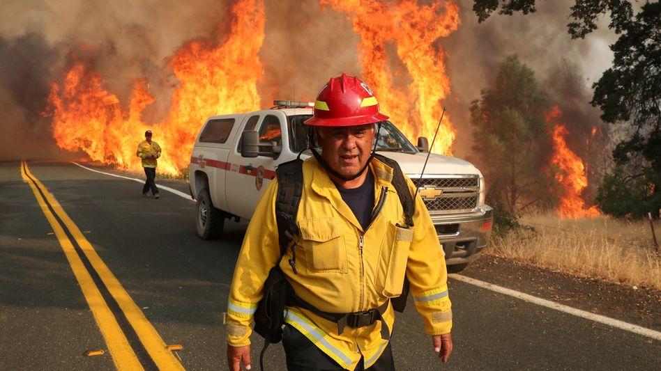Ein Feuerwehrmann im Einsatz bei einem der größten Waldbrände in der Geschichte Kaliforniens