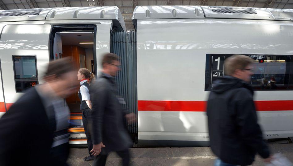 ICE in Frankfurt am Main: Die Bahn halbierte 2013 ihren Gewinn