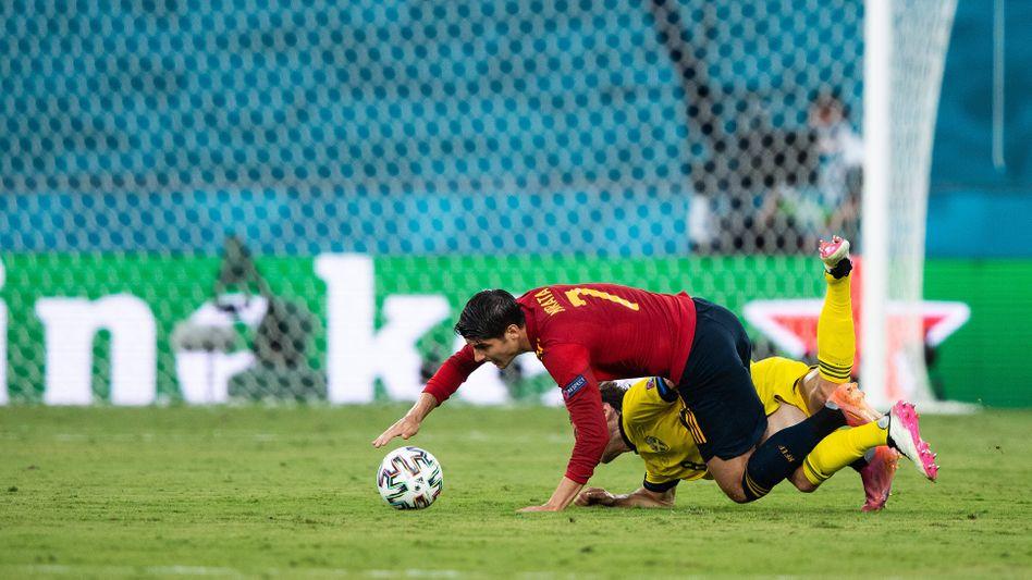 Spaniens Álvaro Morata im Duell mit Schwedens Albin Ekdal