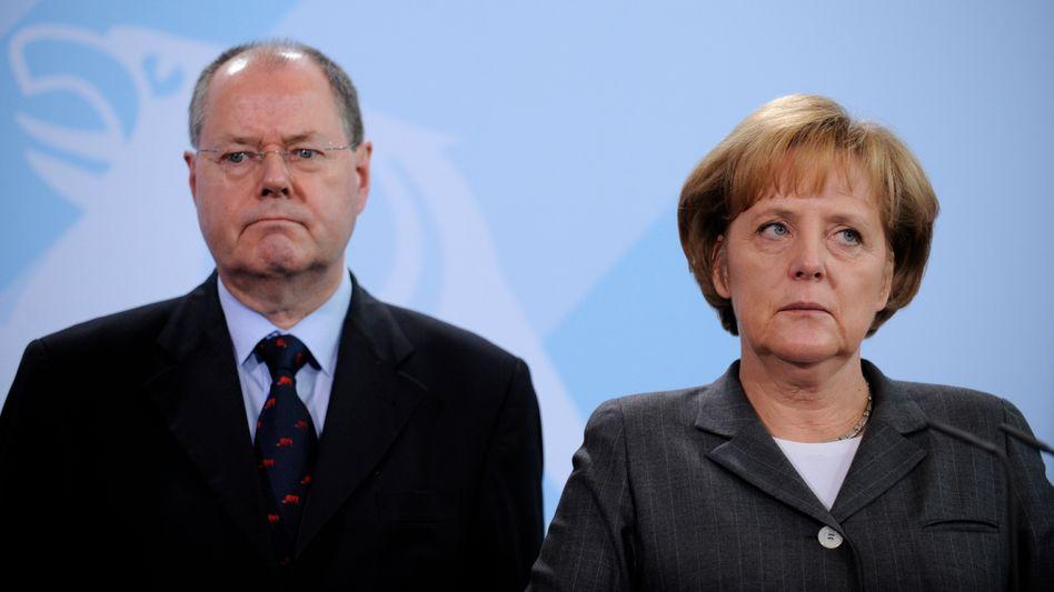 Kanzlerin Merkel, SPD-Mann Steinbrück (Archivfoto von 2008): Müssen sie gegeneinander antreten?