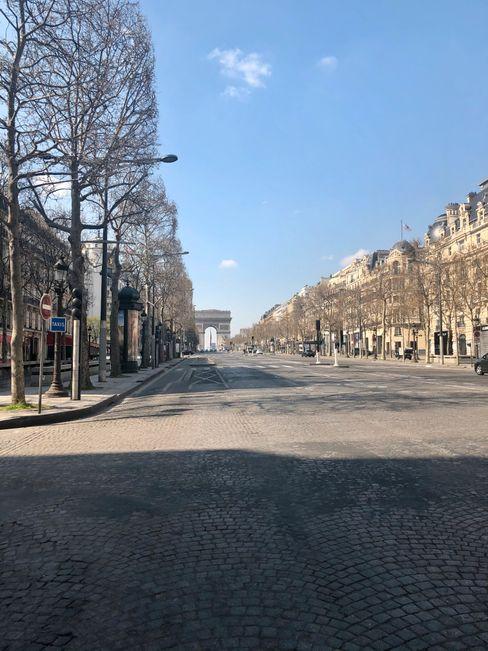 Die menschenleeren Champs-Élysées in Paris