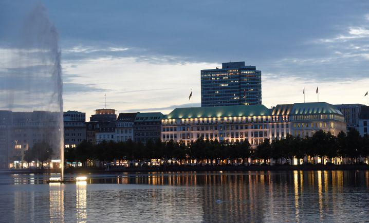 Hotel »Vier Jahreszeiten« in Hamburg (r.)