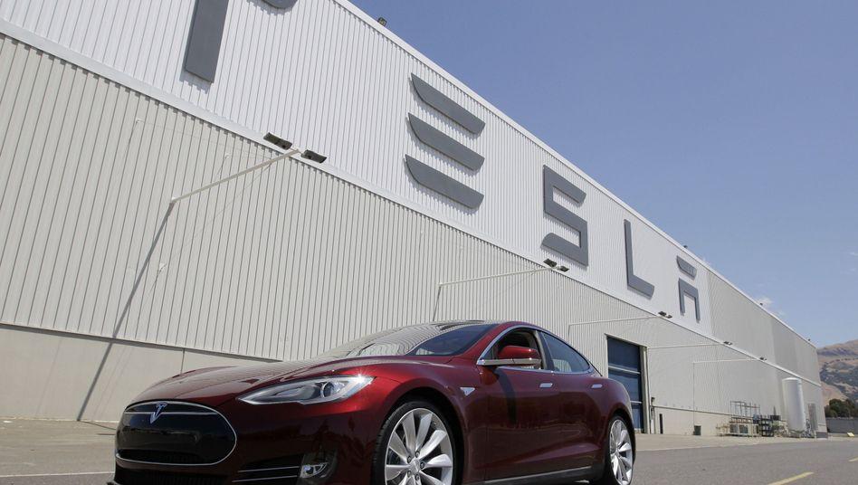 Tesla-Model S vor dem Firmensitz im kalifornischen Freemont: Ehrgeizige Expansionspläne