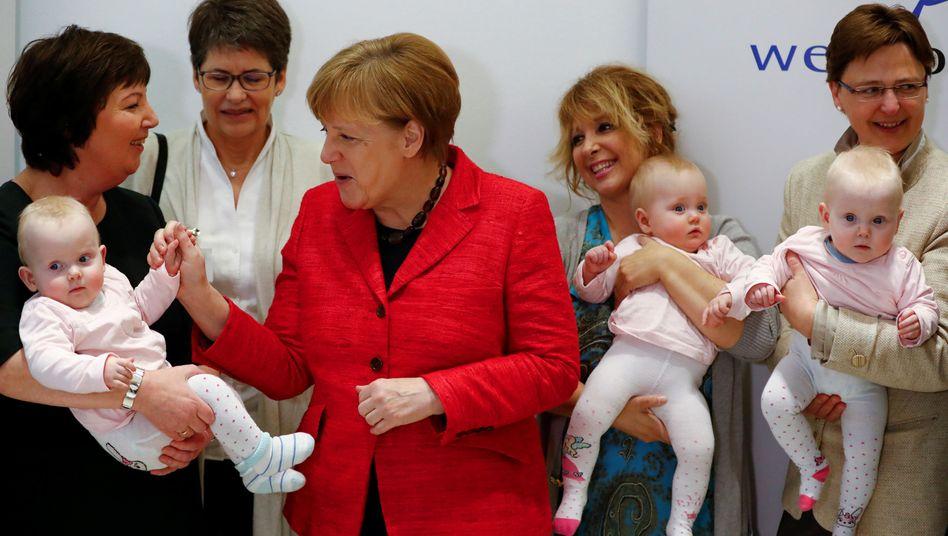 Angela Merkel mit Babys im März 2017