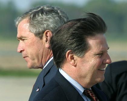 """Mehrheitsführer DeLay mit Präsident Bush: """"Mehr ausgeforscht als Bill Clinton"""""""