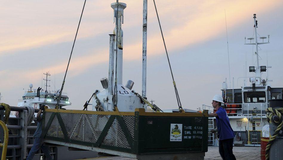 Stahlglocke beim Verladen: Das Bauteil wird über das Leck in 1500 Metern Tiefe gestülpt.
