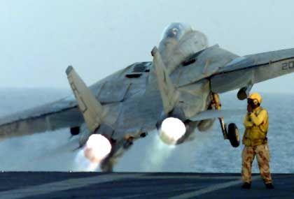 """""""Militärschläge sind nie zivil. Das lässt sich auch nicht wegtünchen, wenn zugleich Lebensmittelpakete abgeworfen werden"""". (US-F-14-Bomber auf dem Weg zur zweiten Angriffswelle in Afghanistan)"""