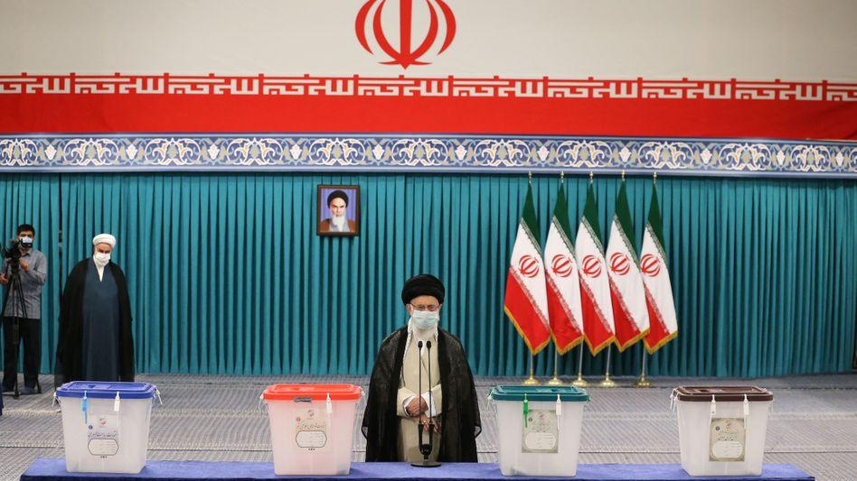 Ayatollah Ali Khamenei bei der Abgabe seiner Stimme