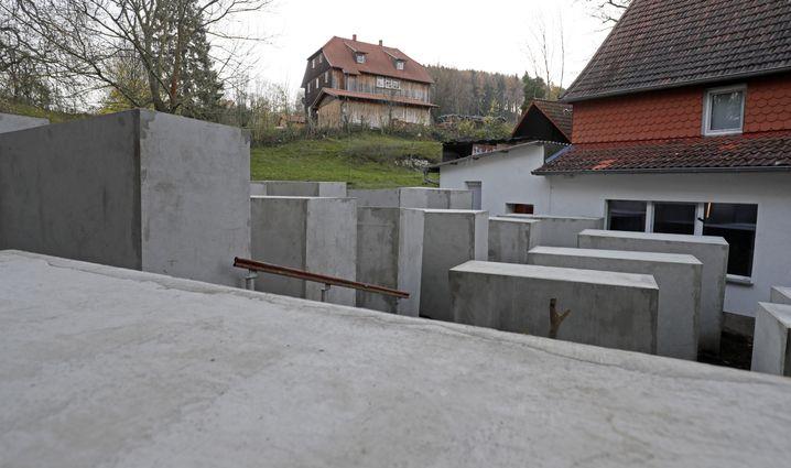 Nachbildung des Holocaust-Mahnmals vor Höcke-Haus