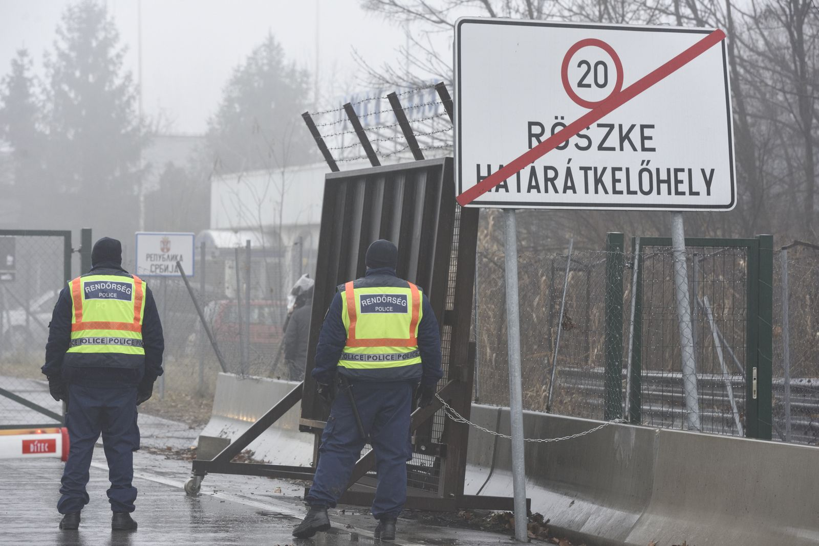 60 migrants tried to break through the border fence illegally into Hungary from Serbia, Roszke - 28 Jan 2020