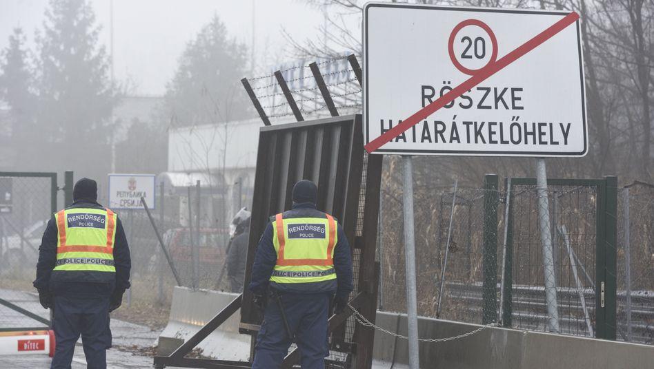 Mehr als 50 Migranten wollen nach Ungarn vordringen - Grenzbeamte feuern Warnschüsse ab