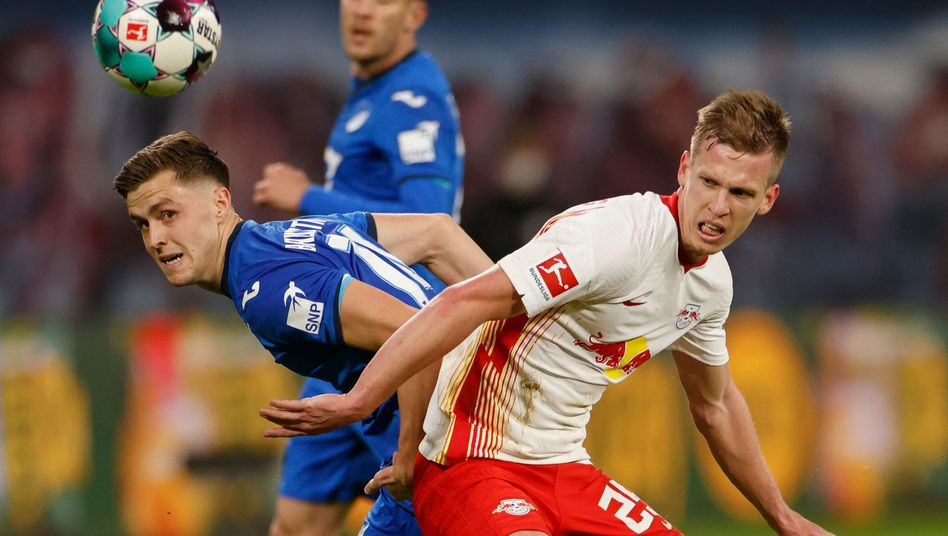Leipzigs Dani Olmo (r.) im Zweikampf mit Christoph Baumgartner von der TSG Hoffenheim