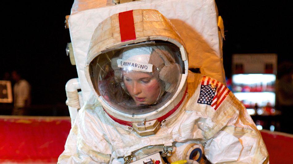 Astronautin auf Tom-Sachs-Mission in Hamburg