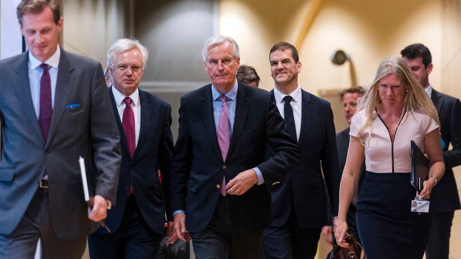 EU-Chefunterhändler Michel Barnier (Mitte), Brexit-Minister David Davis (2.v.l.) (Archivbild)