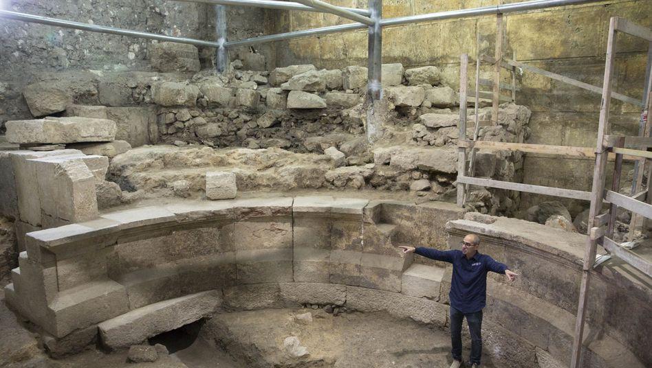 Joe Uziel zeigt die Überreste des Rundbaus