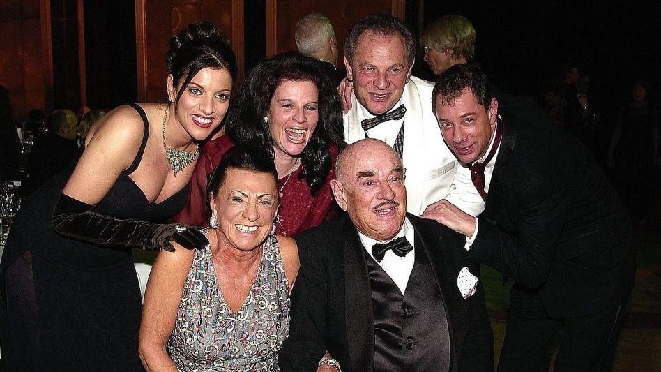 Patriarch Brauner 2002 mit Familie (Alice, Fela, Heinrich, Sammy, Ehefrau Maria): 200 Millionen Euro Grundschulden