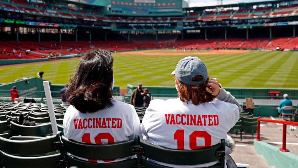 »Vaccinated« – »geimpft«, steht auf den Shirts dieser beiden Baseball-Fans in Boston. Sie dürfen wieder ins Stadion