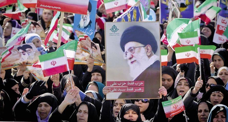Chamenei-Bild bei den Feiern zum 33. Jahrestag der Revolution in Teheran am 11. Februar